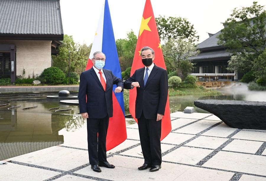 Министр иностранных дел Ван И на переговорах с главой МИД Филиппин Теодоро Локсином. Наньпин, 2 апреля 2021 г.