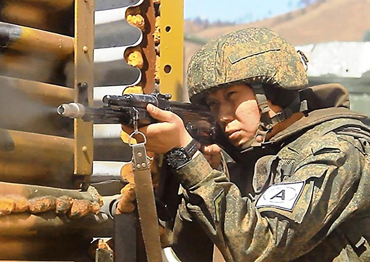 На полигоне Кирилловский военнослужащие Красносельской гвардейской мотострелковой бригады на специальном учении учились отбивать нападения диверсионно-разведывательных групп.