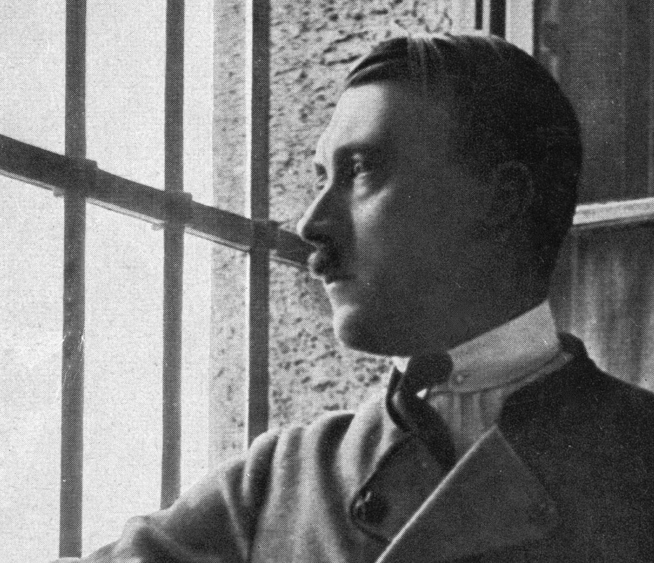 Сидя в тюрьме после провального пивного путча, Гитлер написал свой манифест «Майн Кампф».