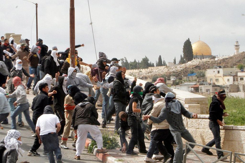 От метания камней в израильских солдат и полицейских палестинцы перешли к настоящим армейским операциям.