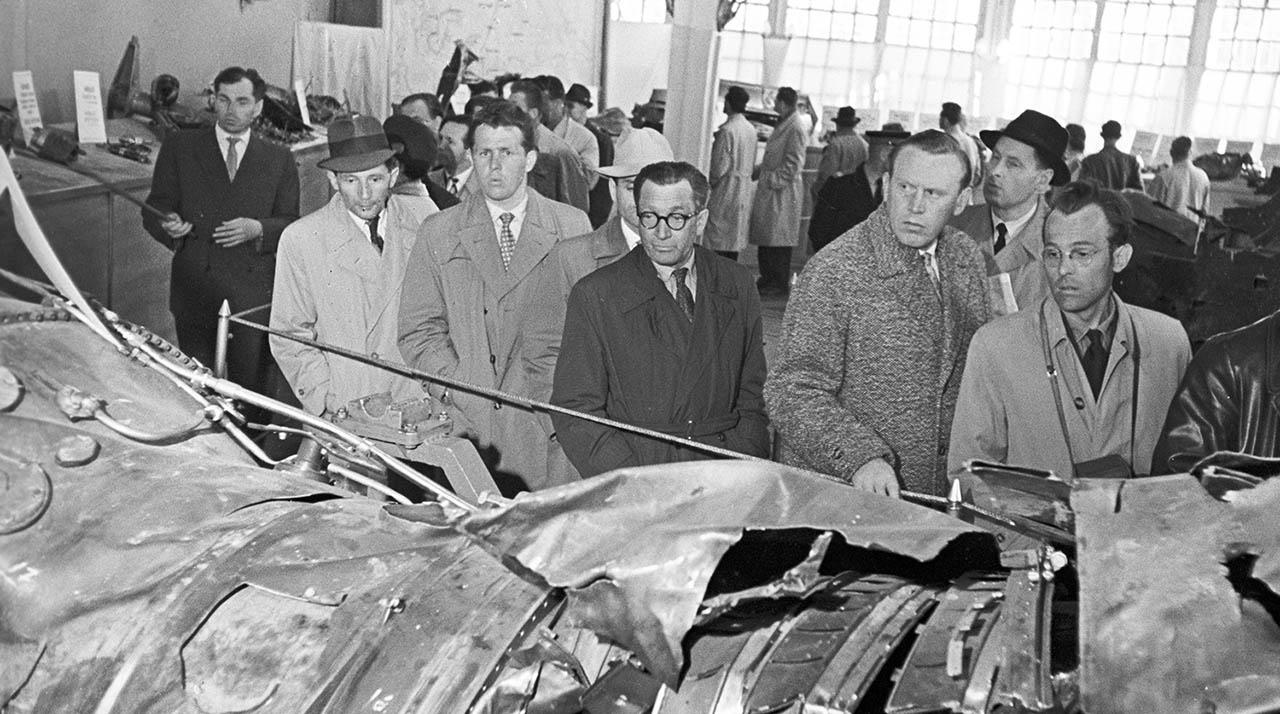 На выставке остатков сбитого самолёта У-2.