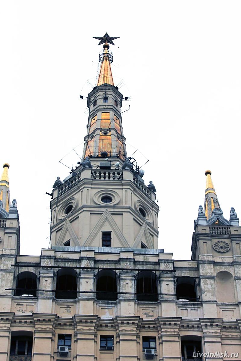 Шпиль высотки на котором работали Юрий Мажоров и Евгений Фридберг.
