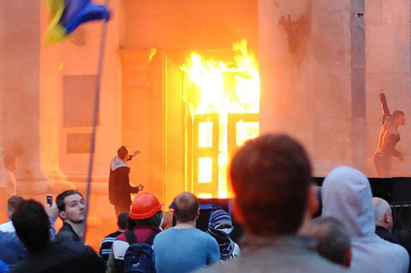 Участники «Марша единства Украины»у горящего Дома профсоюзов в Одессе.
