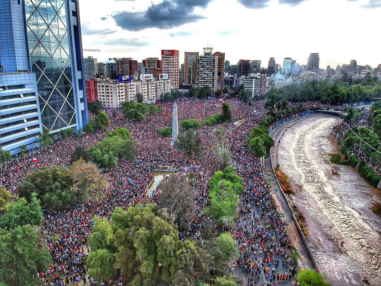 Протестующие на площади Бакуедано в Сантьяго. Чили, 2019 год.
