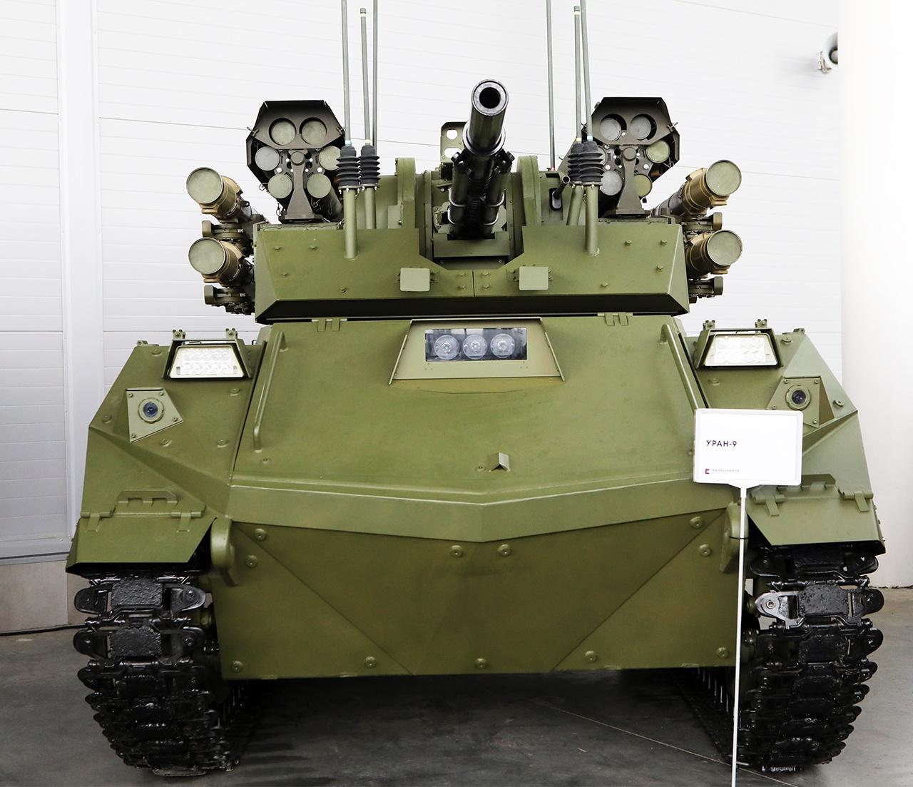 Боевой необитаемый многофункциональный РТК на гусеничном ходу «Уран-9» предназначен для выполнения задач разведки, огневой поддержки и уничтожения бронетехники противника.