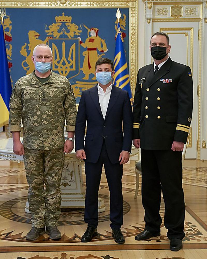 И президент Зеленский, утвердивший доктрину, и оба украинских главы военного и флотского ведомств прекрасно знают: никто нападать на их страну не собирается.