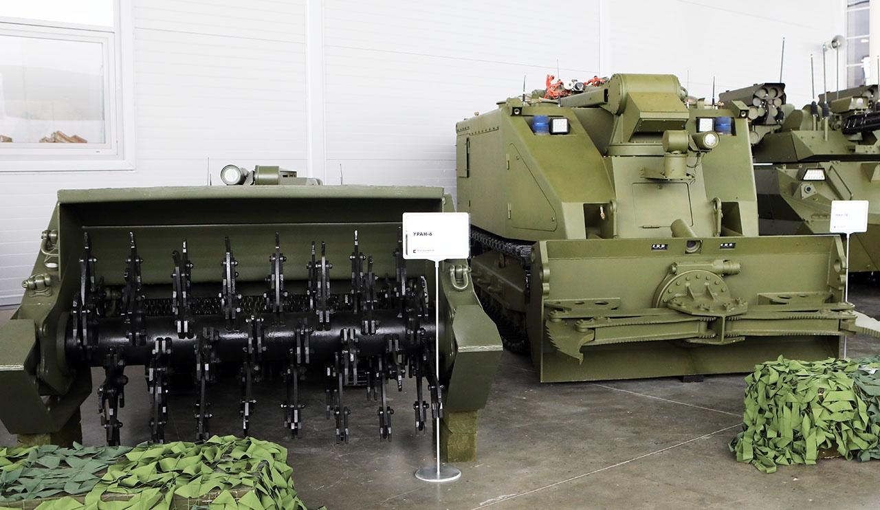 Дистанционно управляемые машины с заданными функциональными возможностями, которые уже состоят на вооружении Российской армии: «Уран-6» - разминирование, «Уран-14» - пожаротушение.