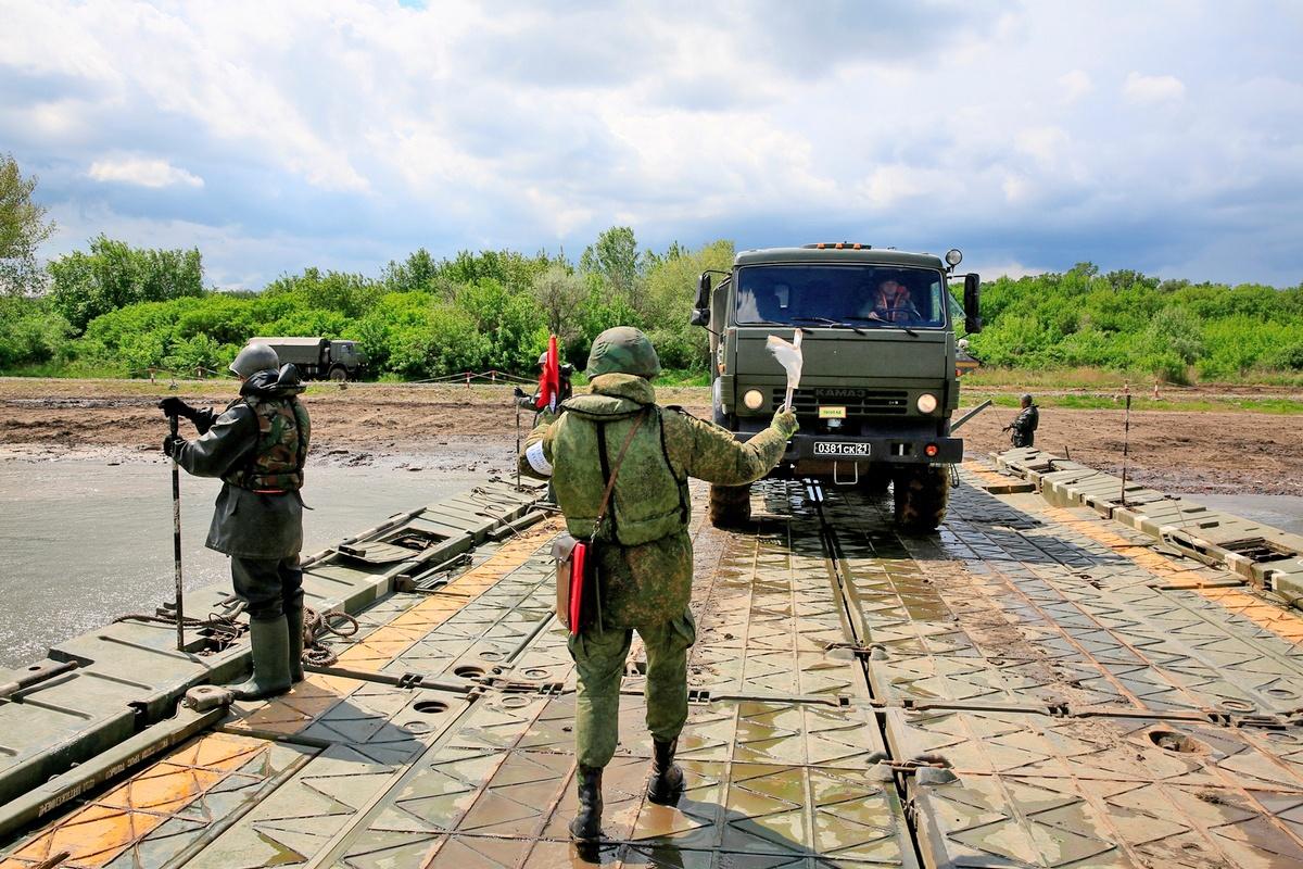 Военные инженеры приступили к оборудованию переправы в районе Краснодонецкого сельского поселения Белокалитвинского района Ростовской области.