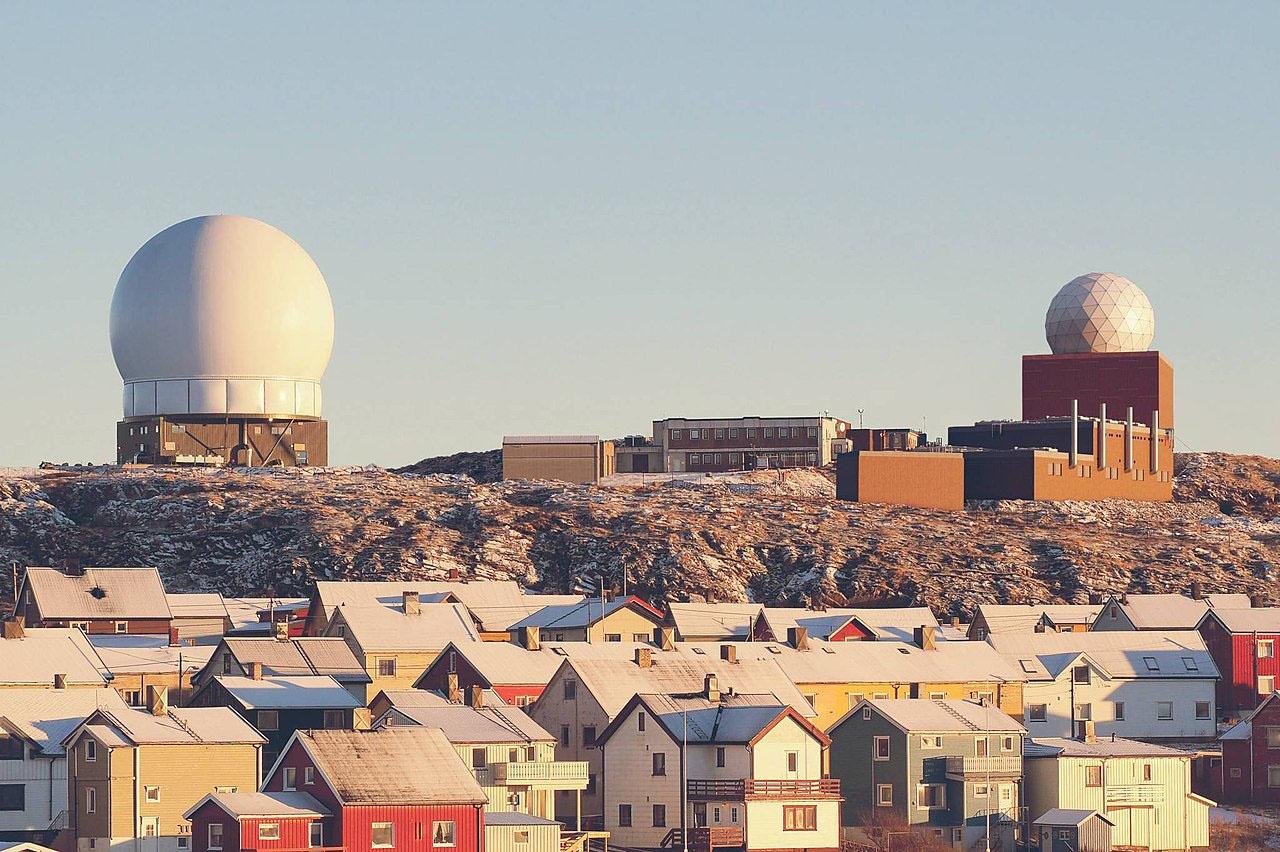 Американские радиолокационные станции военного назначения, размещённые в Вардё (Норвегия): Globus II слева и Globus III справа. Совместный проект ВВС США и разведывательной службы Норвегии.