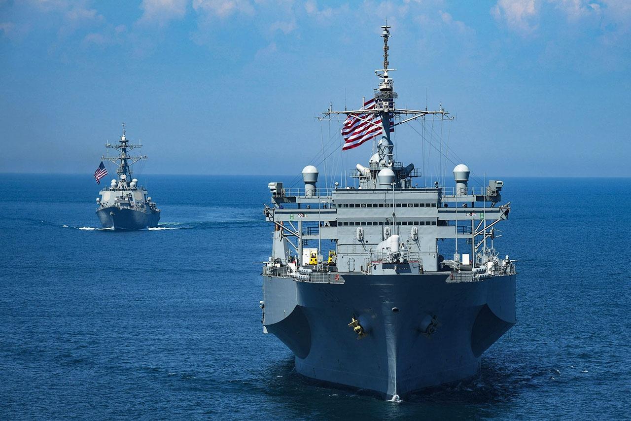 Американские корабль управления и контроля класса Blue Ridge USS Mount Whitney (LCC 20) и эсминец типа Arleigh Burke USS Porter (DDG 78) в Чёрном море во время учений Sea Breeze.