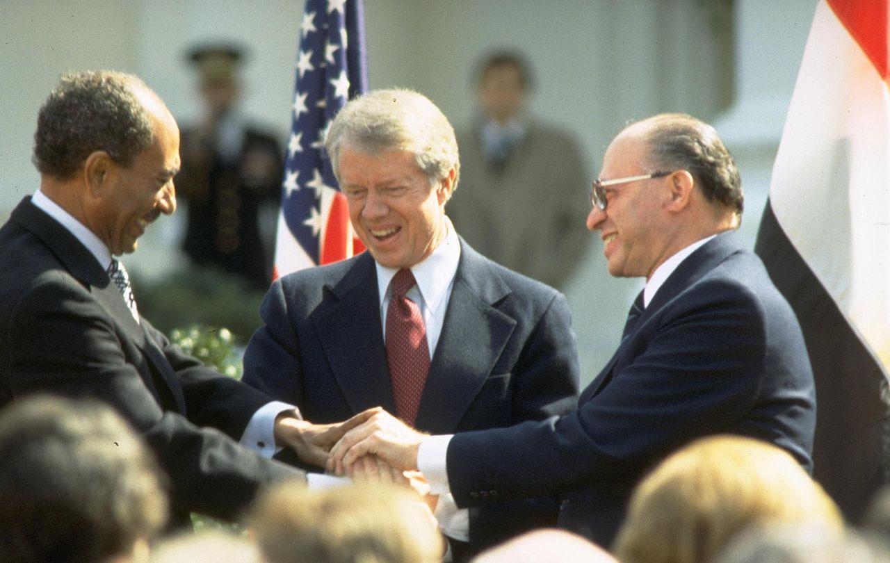 Египетский президент Анвар Садат, президент США Джимми Картер и израильский премьер Менахем Бегин после подписания мирного договора в 1979 году.