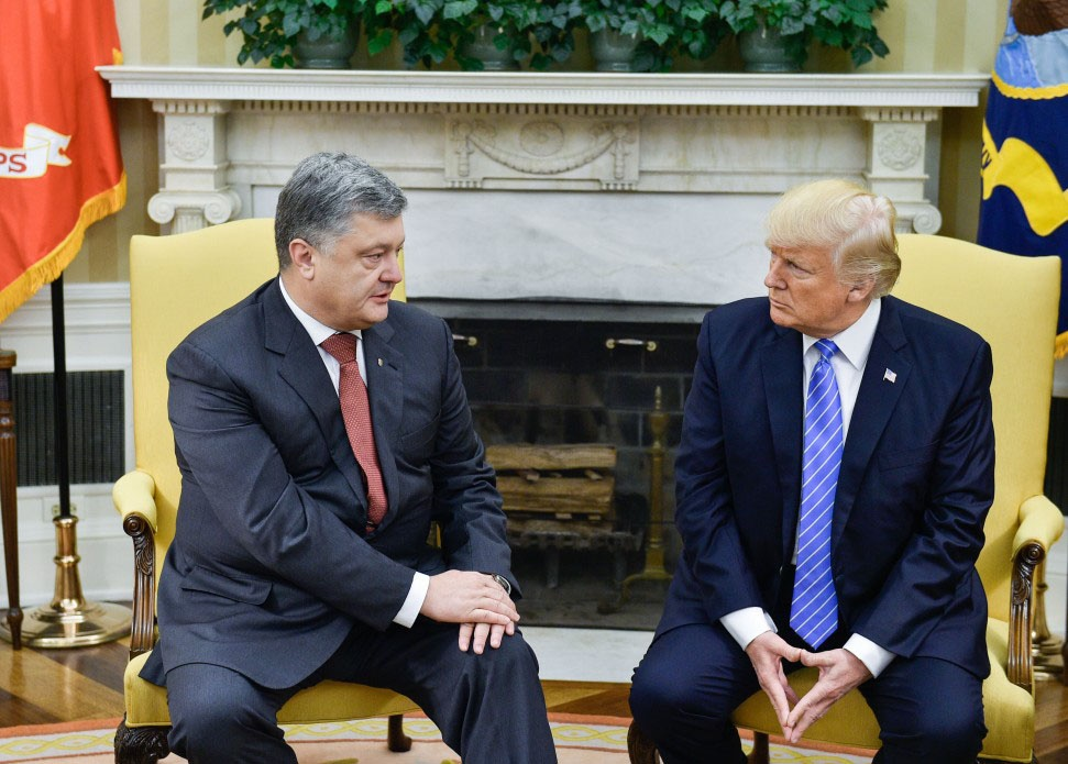 Несмотря на то, что Порошенко манкировал интересами США, позволяя себе даже нагло обманывать заокеанских господ, США не стали его свергать.