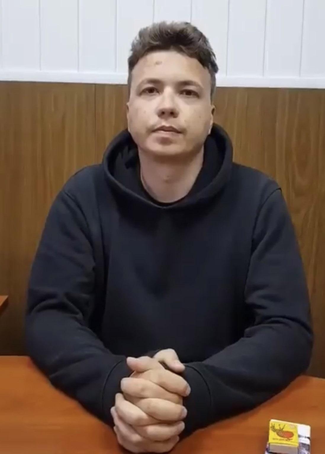 Белорусы задержали белорусского гражданина по имени Роман Протасевич, создателя и руководителя телеграм-канала НЕХТА.