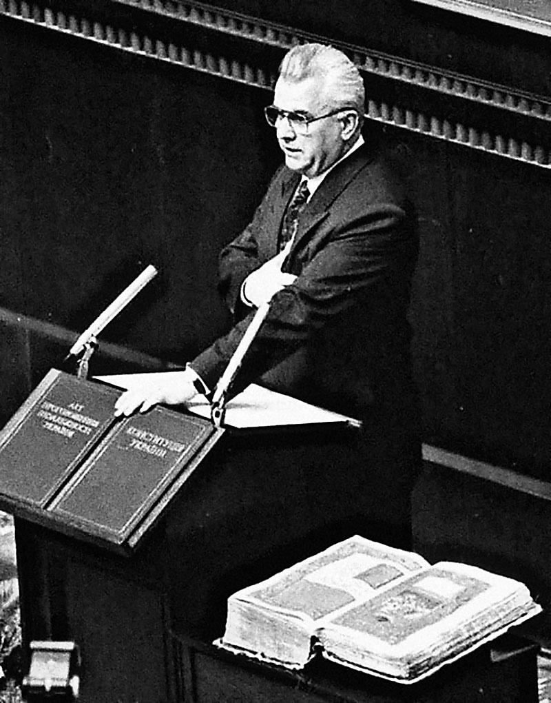 Леонид Кравчук легко победил на первых в истории Украины прямых президентских выборах. 5 декабря 1991 г.