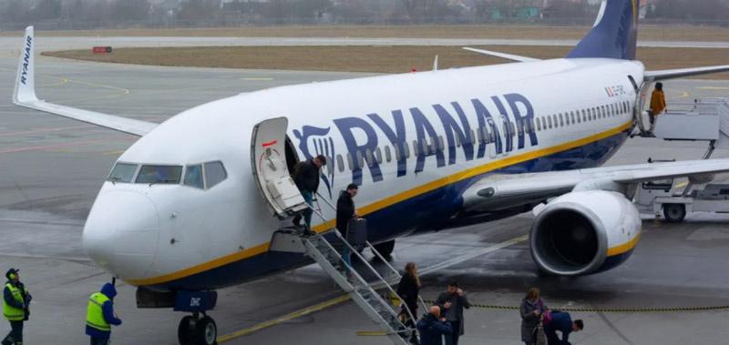 Высадка пассажиров из самолёта Ryanair в Минском аэропорту.