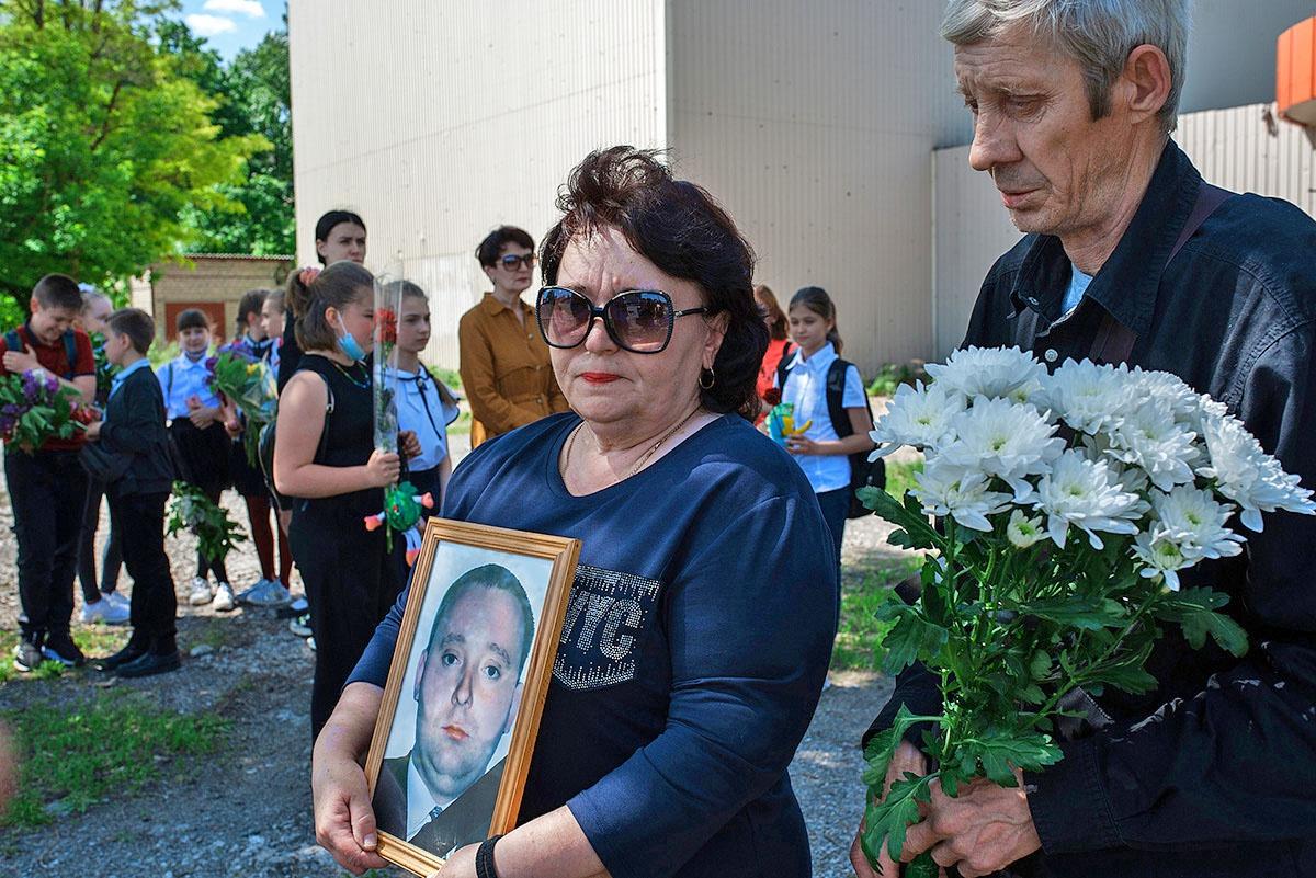Жители посёлка Октябрьский собрались на траурный митинг на площади перед сгоревшим при обстреле кинотеатром «Аврора».