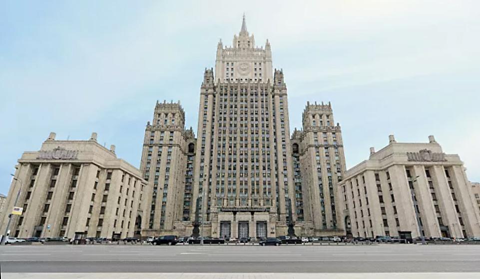 Российский МИД наконец-то пробудился и, уже не миндальничая, в ответ выставляет «за двери» сотрудников посольств из особо «отличившихся» стран.