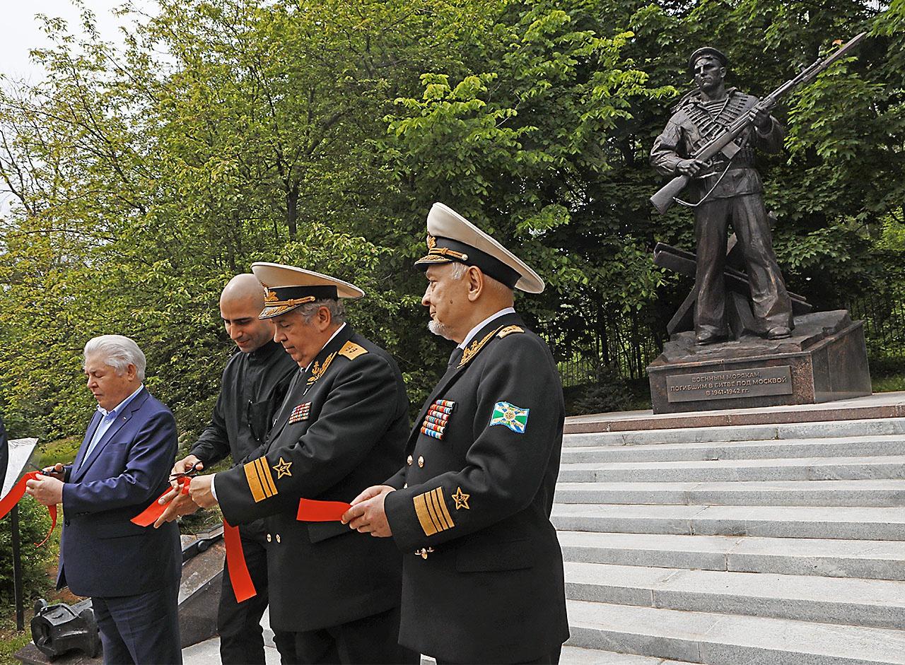 В 2020 году было принято решение установить народный памятник военным морякам на натурной военно-морской площадке Музея Победы на Поклонной горе.