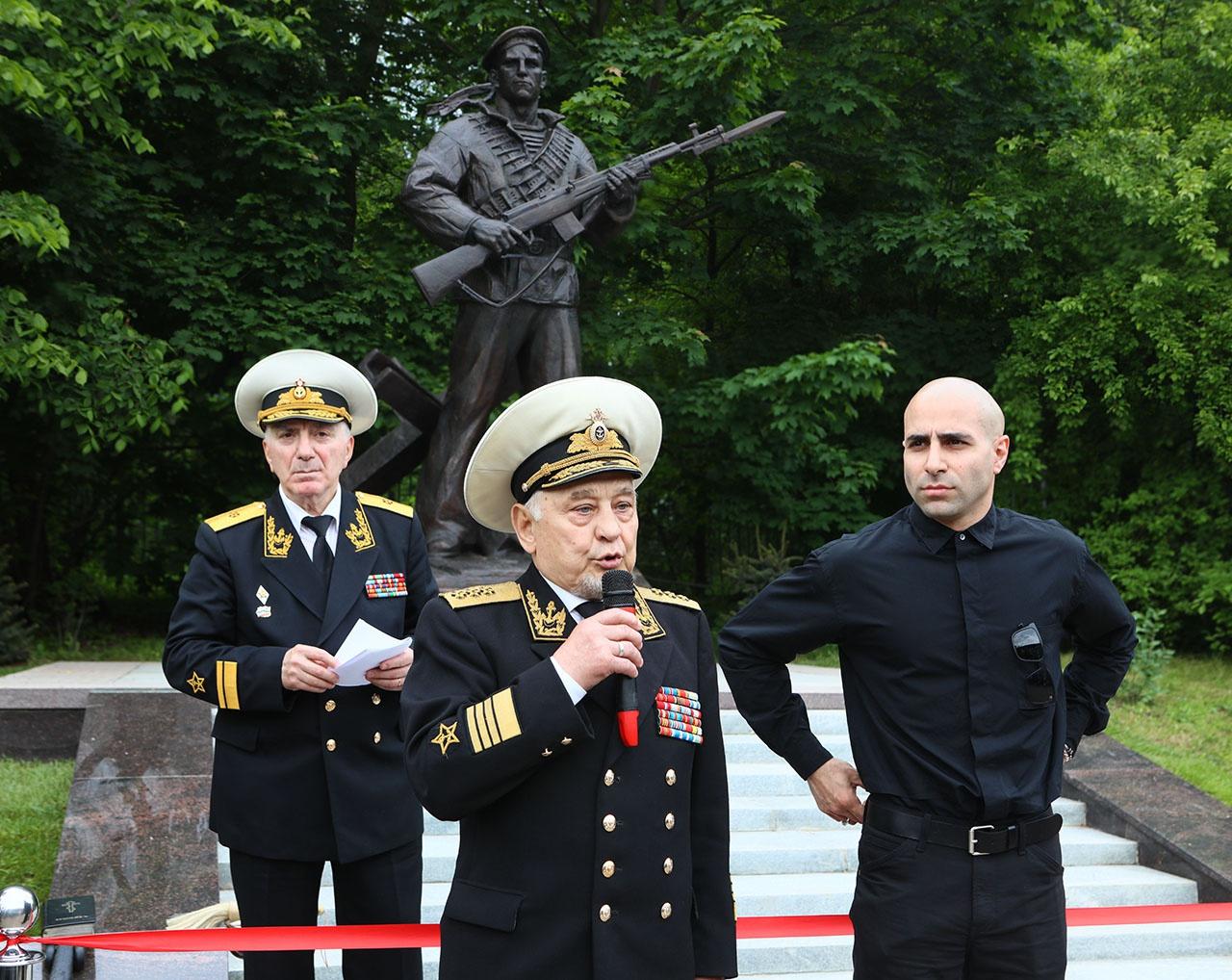 Адмирал Иннокентий Налётов и скульптор Грант Гарибян на открытии памятника.