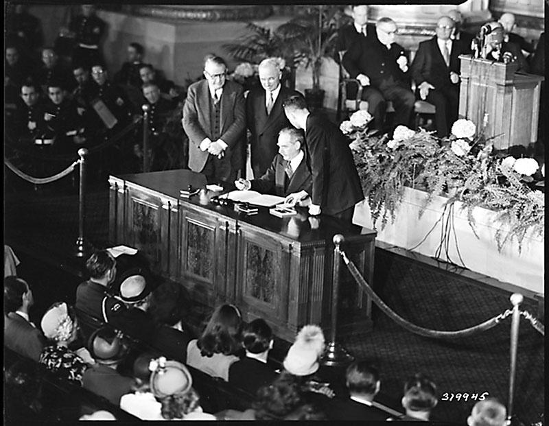 4 апреля1949 годагосударственный секретарь США и министры иностранных дел Канады и 10 стран Западной Европы собрались в Вашингтоне, чтобы подписать Североатлантический договор.