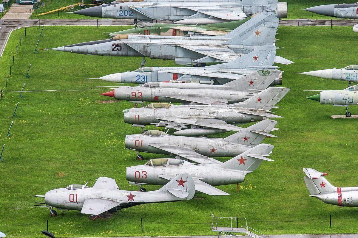 Самолёты МиГ разных годов.