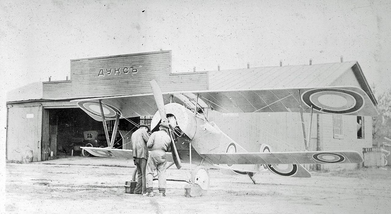 Истребитель «Ньюпор-21» постройки завода «Дукс» около ангара на Ходынке. 1916 г.