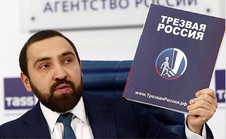 Руководитель проекта «Трезвая Россия» Султан Хамзаев считает, что к самогонке народ пристрастился ради защиты собственного здоровья.