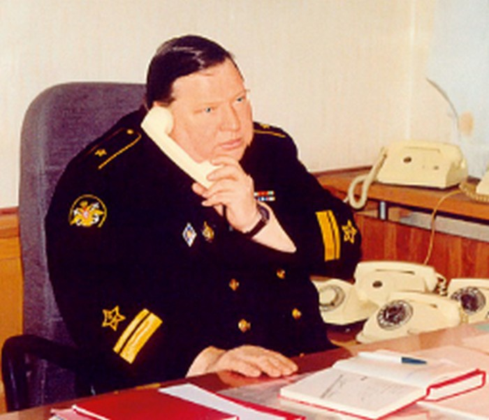 Контр-адмирал Угрюмов в рабочем кабинете.