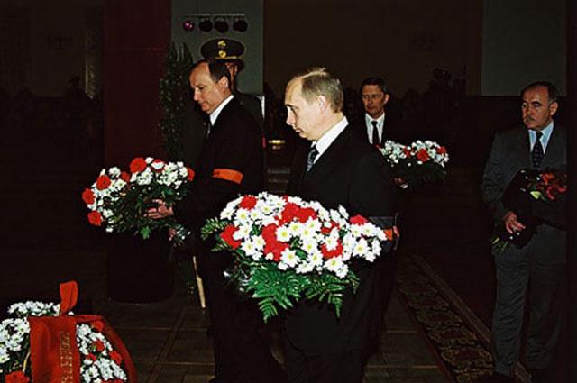 Президент страны лично пришёл проводить Г.А. Угрюмова в последний путь.