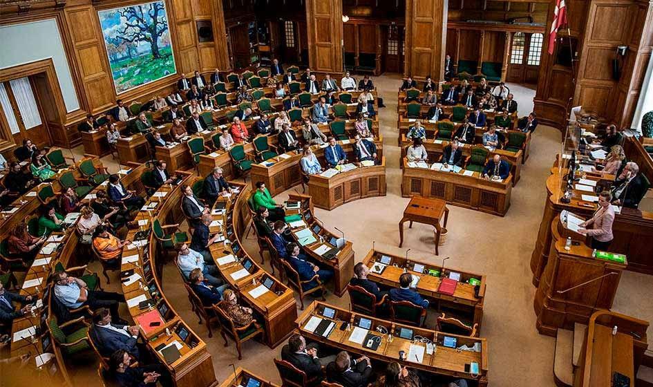 Парламент Дании одобрил спорный закон о приёме нежелательных датчанам беженцев.