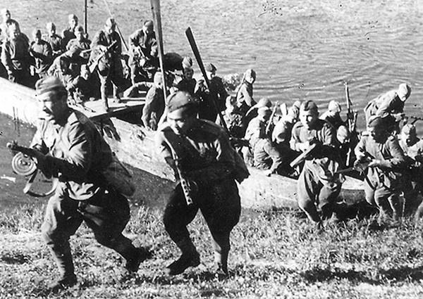Операция «Багратион». Подразделение 3-го Белорусского фронта форсирует реку Лучеса. Июнь 1944 г.