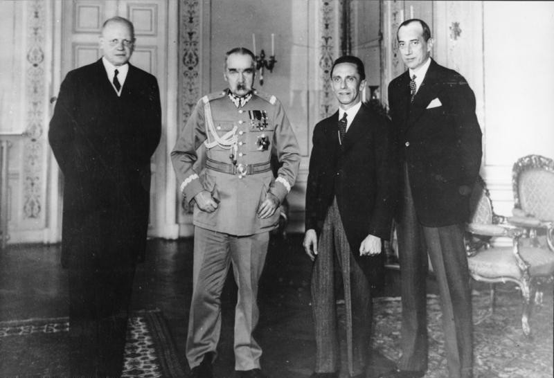 Германский посол Ганс-Адольф фон Мольтке, военный министр Польши Юзеф Пилсудский, министр пропаганды Йозеф Геббельс и министр иностранных дел Польши Юзеф Бек на встрече в Варшаве 15 июня 1934 г. - через 5 месяцев после подписания Договора о ненападении.Варшаву ждало жесточайшее разочарование.