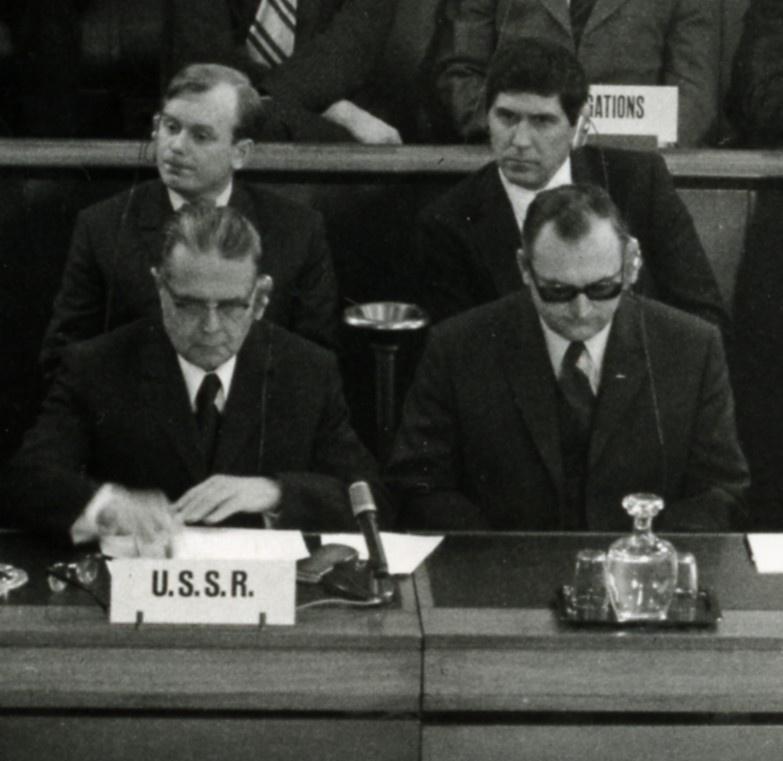 Заседание Комитета по разоружению в Женеве. 1970 г. На переднем плане делегация СССР. Во втором ряду справа - В. Калинин. Это на его статье в журнал «Военная мысль» генерал Волкогонов поставит резолюцию: «Не время».