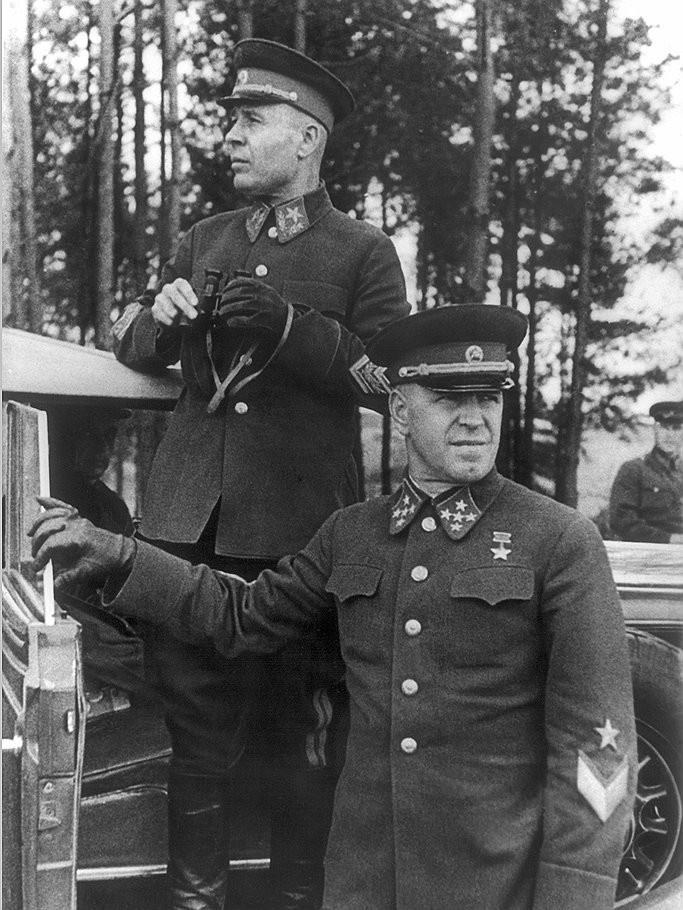 С. Тимошенко и Г. Жуков на манёврах КОВО. 1940 год. Им о готовности Германии к войне с СССР ничего не говорили.