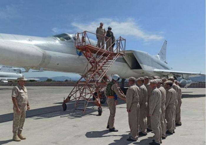 Экипажи дальних бомбардировщиков Ту-22М3 приступили к выполнению задач в морской зоне Средиземного моря.