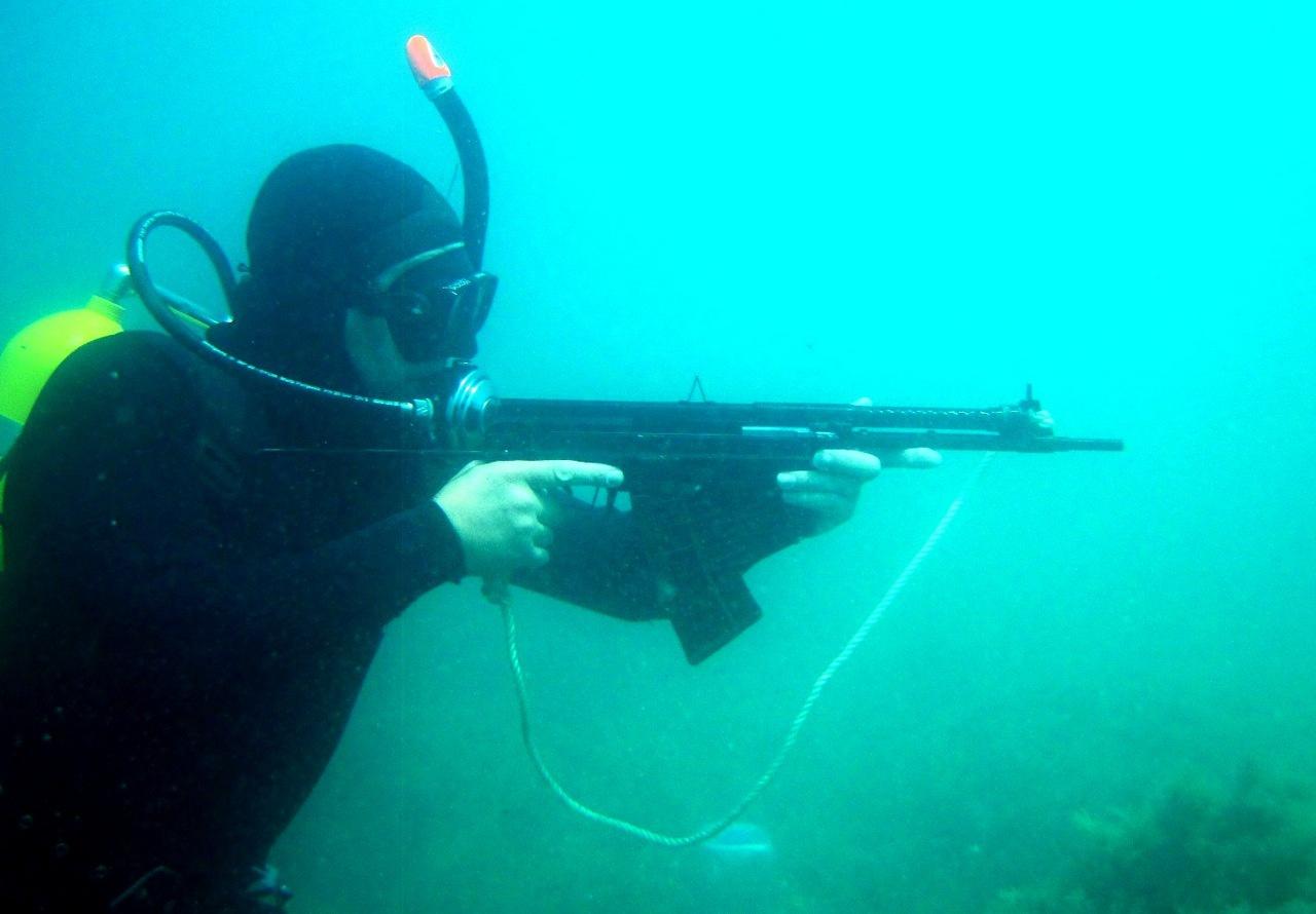 Стрельба под водой.
