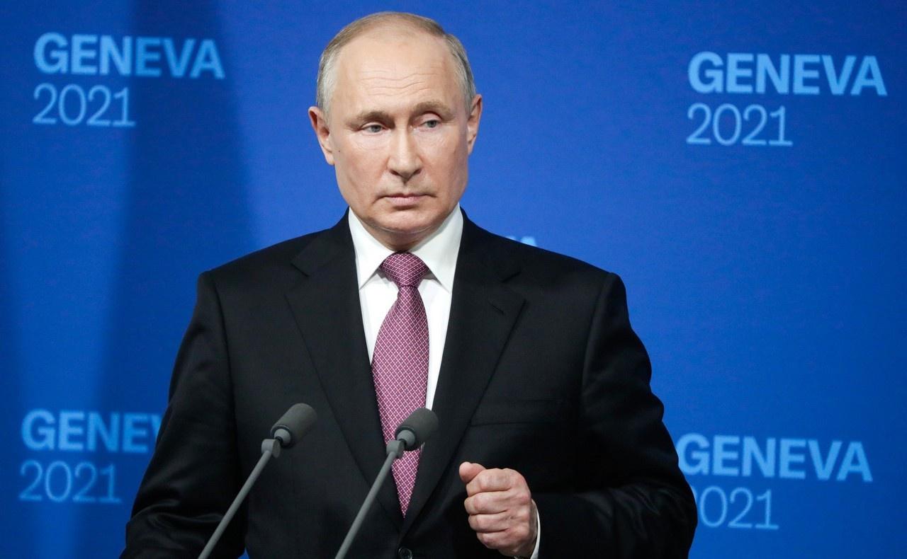 Владимир Путин, отвечая после саммита на вопросы журналистов, отметил, что на переговорах с обеих сторон промелькнули лишь «зарницы доверия».