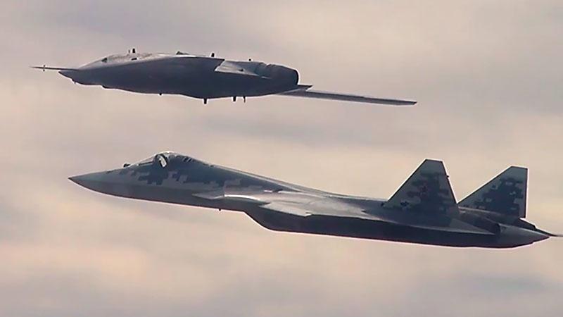 БПЛА «Охотник» и истребитель Су-57.