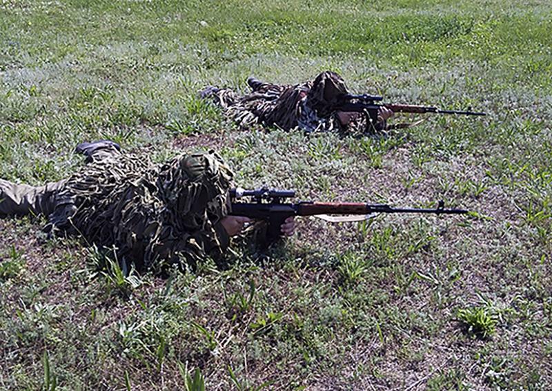 В учении по контрснайперской борьбе приняли участие около 100 военнослужащих.