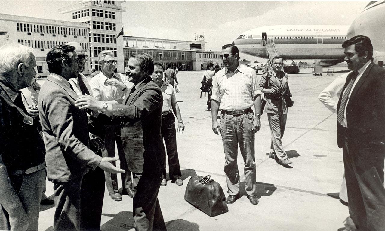 Командир отряда Александр Лазаренко (слева) и будущий президент Афганистана Наджибулла (справа) провожают «каскадовцев», у которых закончилась командировка на войну.