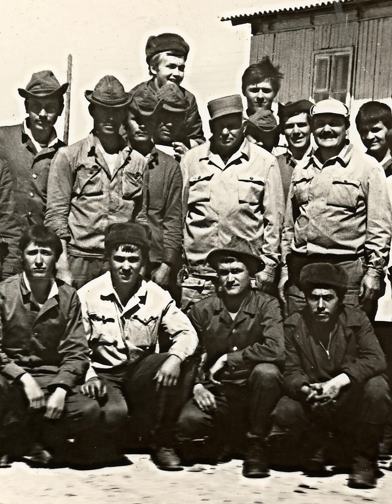 Александр Лазаренко (второй справа во втором ряду) с сотрудниками отряда «Каскад».