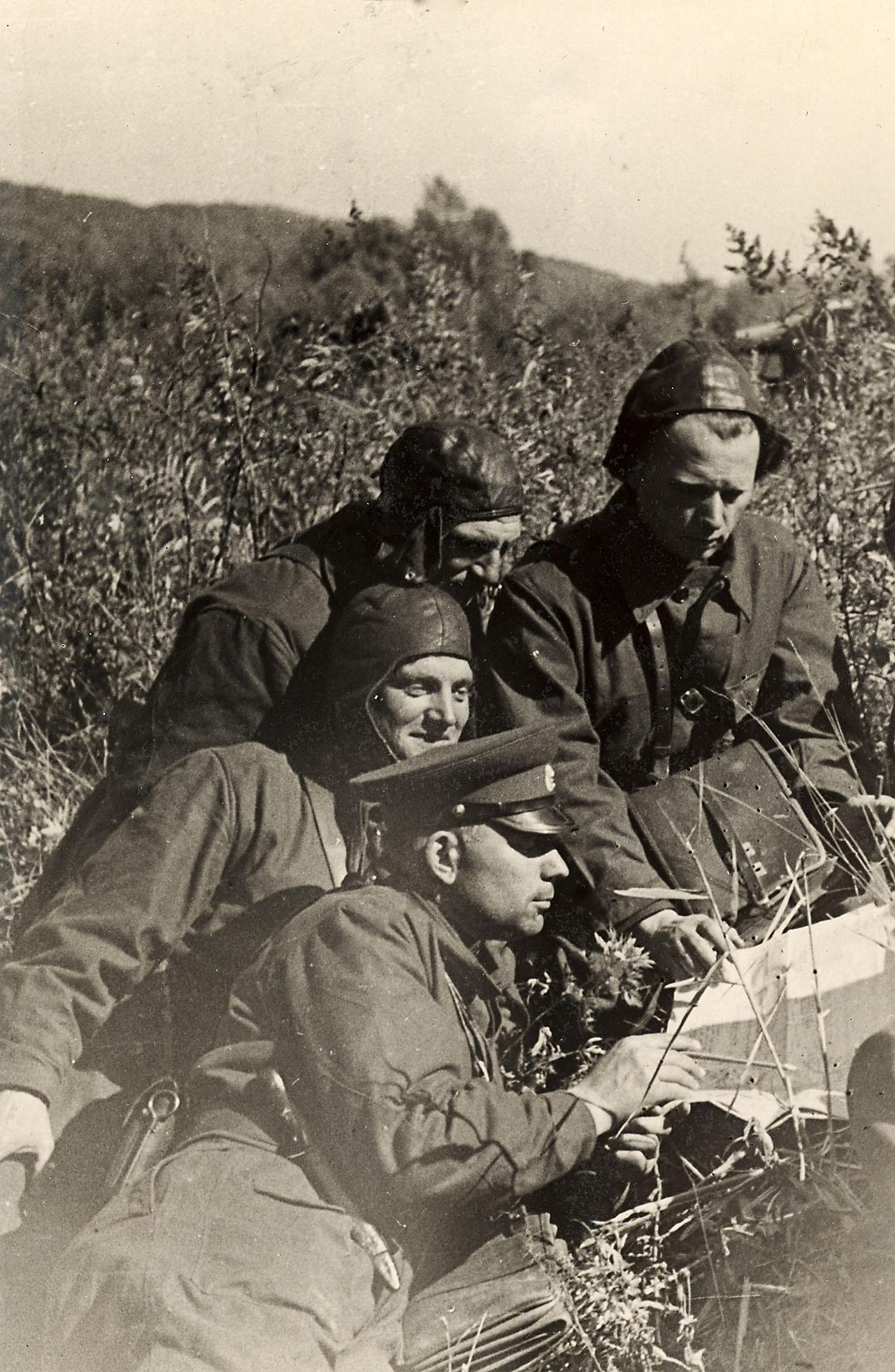Полковник Александр Лазаренко на учениях (в центре) с офицерами полка.