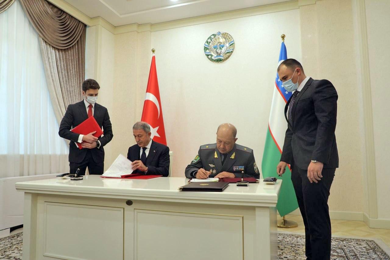 Министры обороны Турции и Узбекистана Хулуси Акар и Баходир Курбанов подписали соглашение о развитии военного и военно-технического сотрудничества.