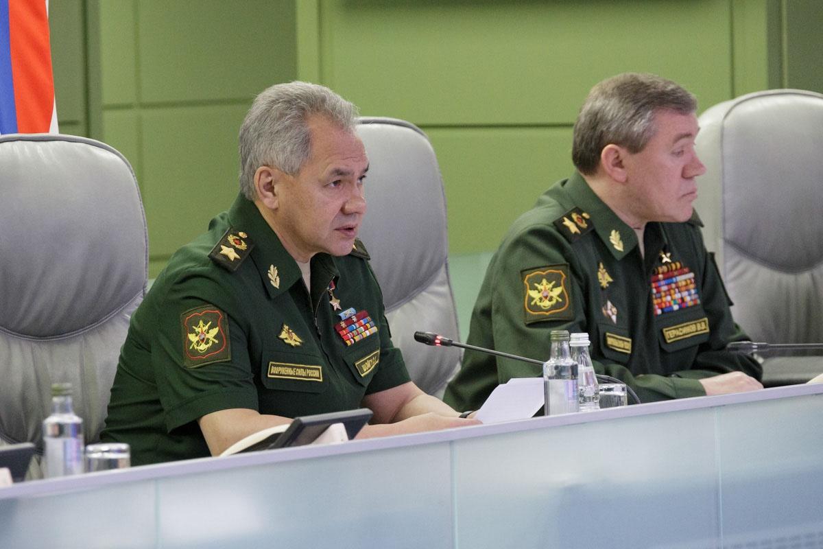 На совещании с командованием Сергей Шойгу сообщил о полном завершении борьбы с последствиями паводков в Сибири.