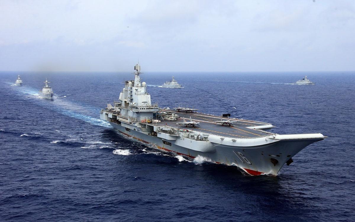 Авианосец «Ляонин» с боевой группой из ракетных эсминцев и фрегатов.
