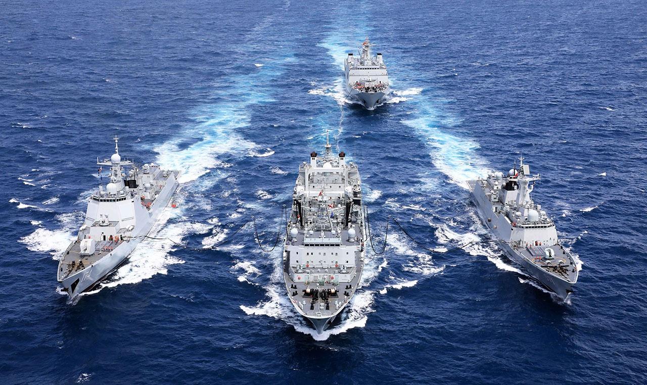 Корабль комплексного снабжения Honghu (корпус 963), ракетный эсминец Hefei (корпус 174), ракетный фрегат Yuncheng (корпус 571) и морской транспортный док Changbaishan (корпус 989).