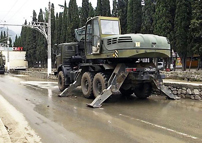 Последствия ЧС в Крыму устраняют с помощью военной инженерной техники.