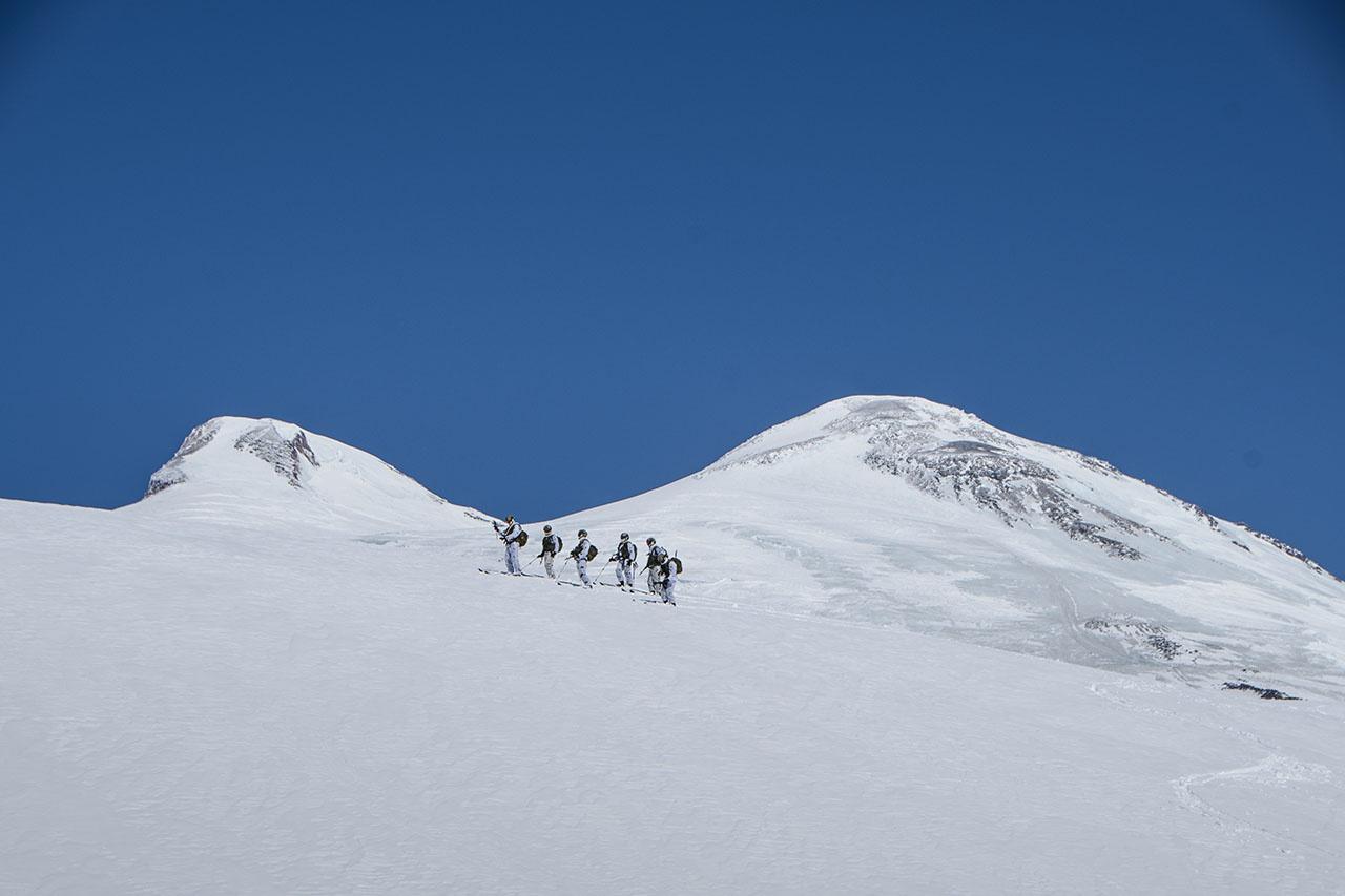 Отделение курсантов отправляется на штурм очередной вершины.