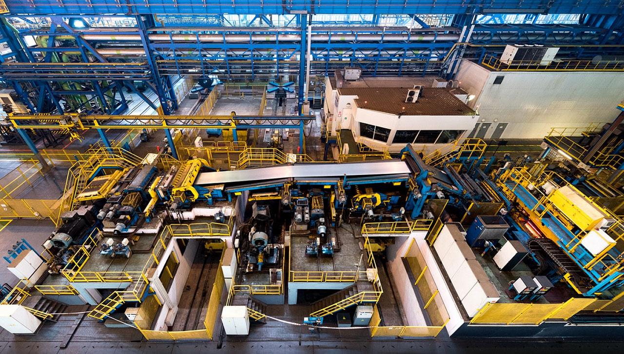 В листопрокатном цеху № 11 ММК, который может выпускать 1-2 млн тонн оцинкованного стального листа, работает всего 6 человек.