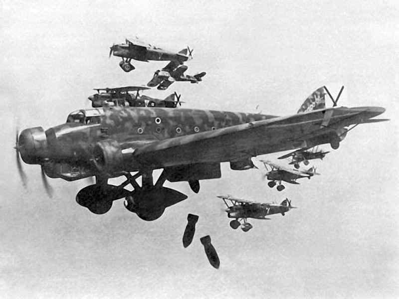 Франкистские бомбардировщики в небе Испании.